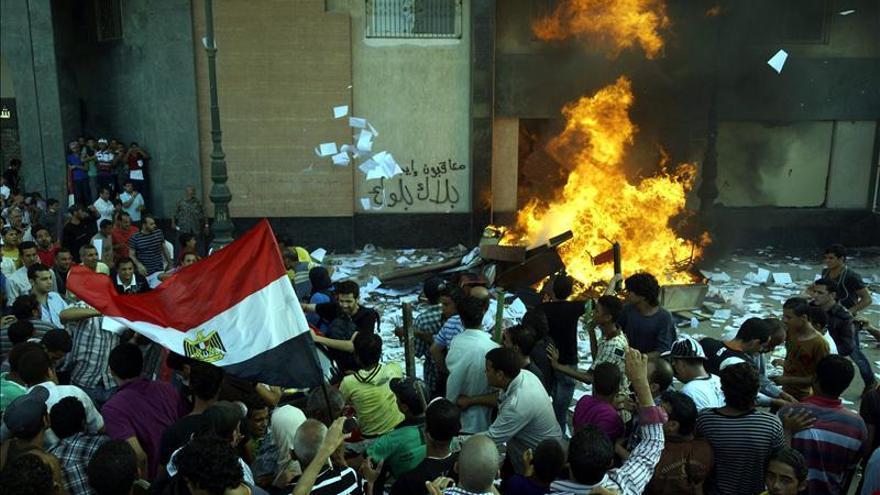 Manifestantes queman la entrada de una sede de los Hermanos Musulmanes.