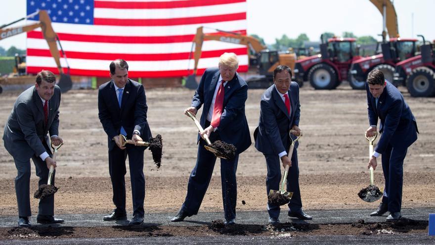 El presidente estadounidense, Donald Trump (3-i), el gobernador de Wisconsin, Scott Walker (2-i) y el presidente de la Cámara de Representantes, Paul Ryan (d), inauguran el terreno donde se construirá la nueva fábrica de Foxconn en Mount Pleasant, Wisconsin.