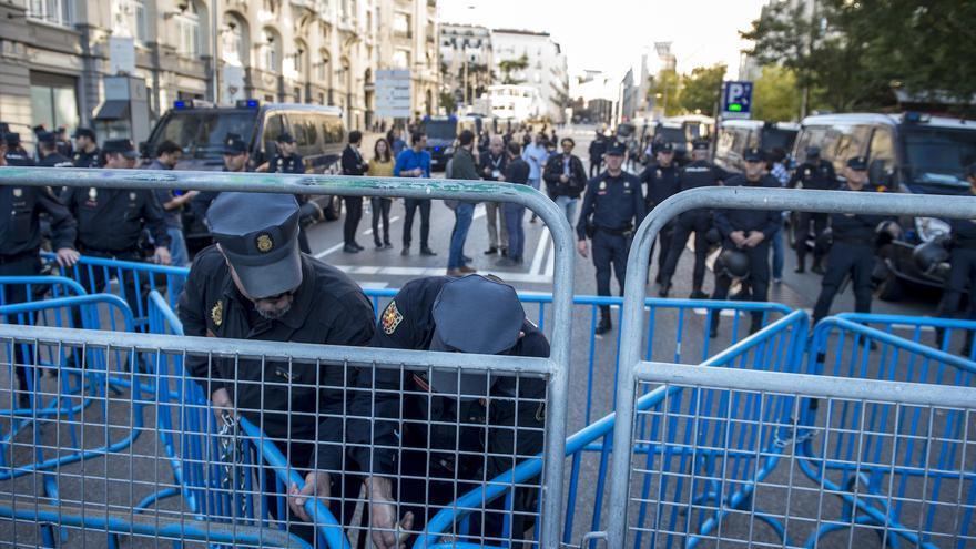 La Policía ultima el dispositivo de seguridad que separará a los manifestantes, reunidos en Neptuno, del Congreso de los Diputados