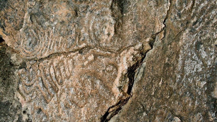Detalle de uno de los paneles con grabados rupestres de Belmaco. VIAJAR AHORA