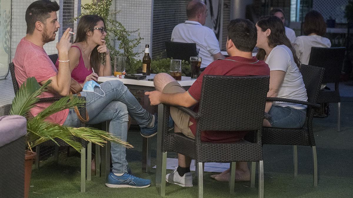 Jóvenes en una terraza de un local | TONI BLANCO