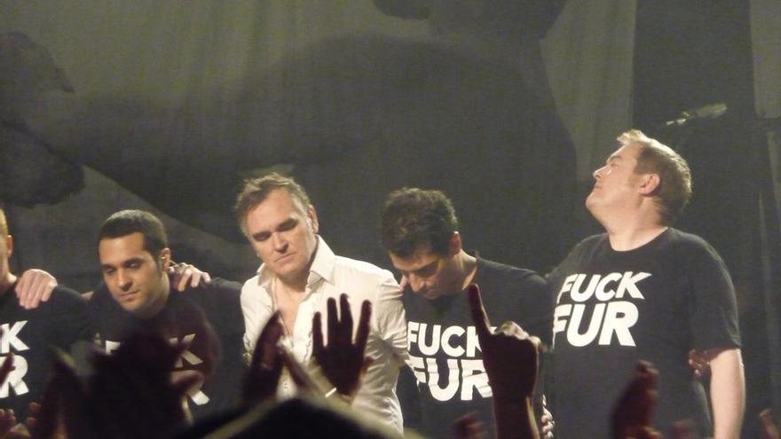 Morrissey en uno de sus conciertos. Los músicos llevan camisetas alusivas al maltrato animal. Foto: ©Tomasz Rychlik