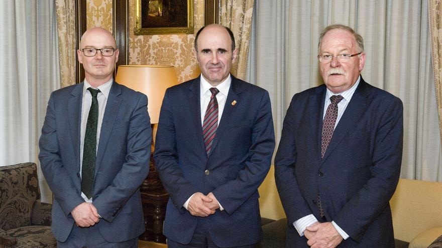 Ayerdi recibe al ministro consejero de la embajada británica en España