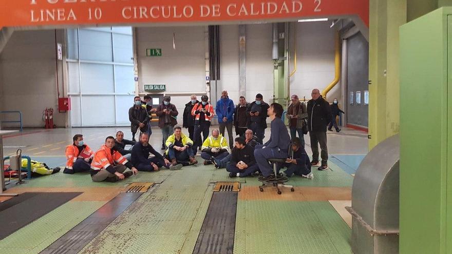 Sentada de los delegados del comité en la planta de Mercedes-Benz en Vitoria