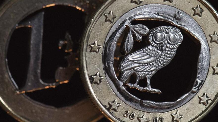 El euro baja hasta 1,1427 dólares en Fráncfort