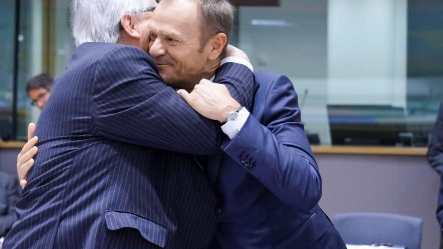 Jean-Claude Juncker abraza a Donald Tusk en una cumbre de la UE en Bruselas el 21 de marzo.