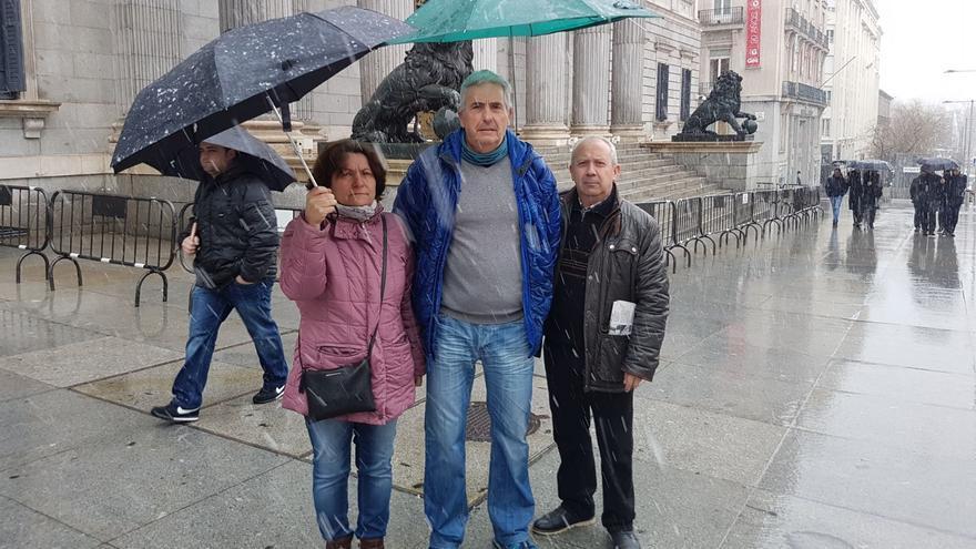 Representantes de las víctimas del Alvia este lunes frente al Congreso de los Diputados