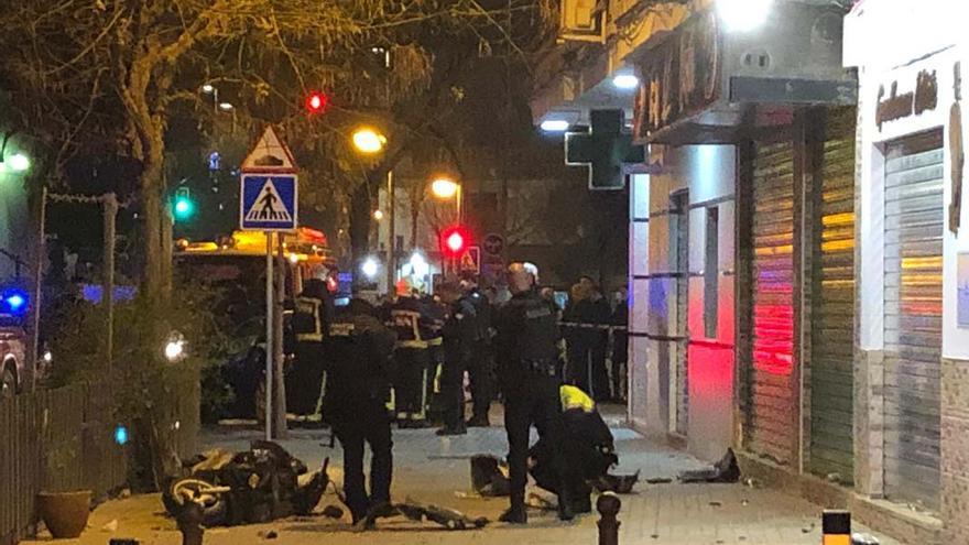 Bomberos y Policía, este lunes en Acera de Granada.