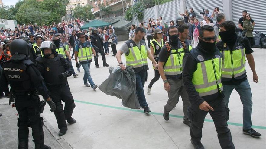 La Guardia Civil requisa material electoral en la votación del 1-0 en Catalunya.