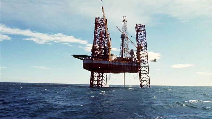 El petróleo de Texas sube un 3,76 por ciento y cierra en 37,50 dólares el barril