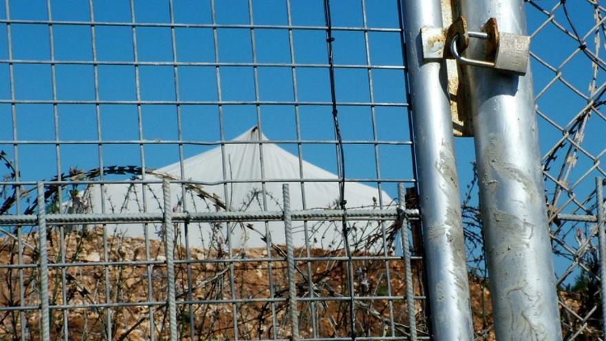 Puerta del vallado antiguo (2005) por donde solían realizarse expulsiones / Fotografía: Prodein
