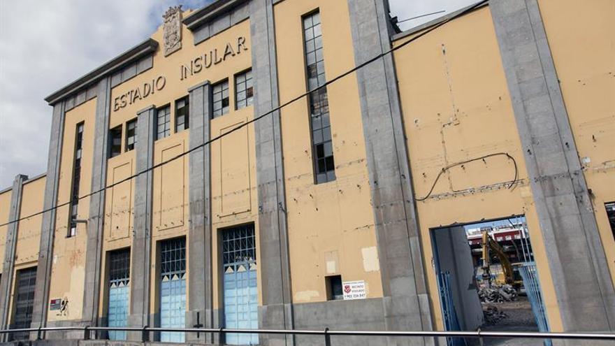 Derribo de la fachada sur del Estadio Insular. EFE/Ángel Medina G.
