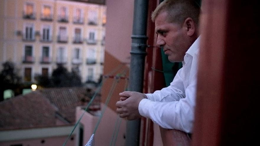 Dani en la ventana de su nueva casa. Imagen de Fundación Atenea.