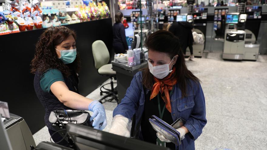 Varias personas hacen la compra en un supermercado en Madrid durante la segunda semana de aislamiento decretado para frenar el avance del coronavirus