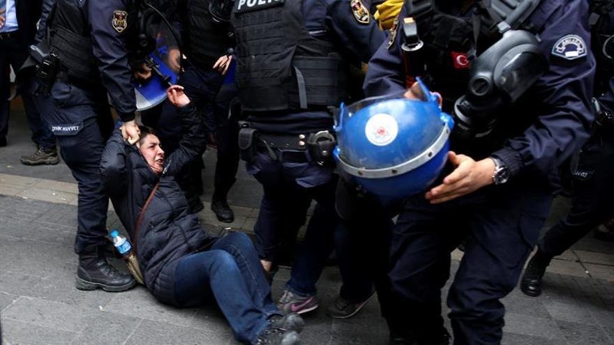 """Prisión preventiva para 14 abogados turcos por """"lazos con la ultraizquierda"""""""