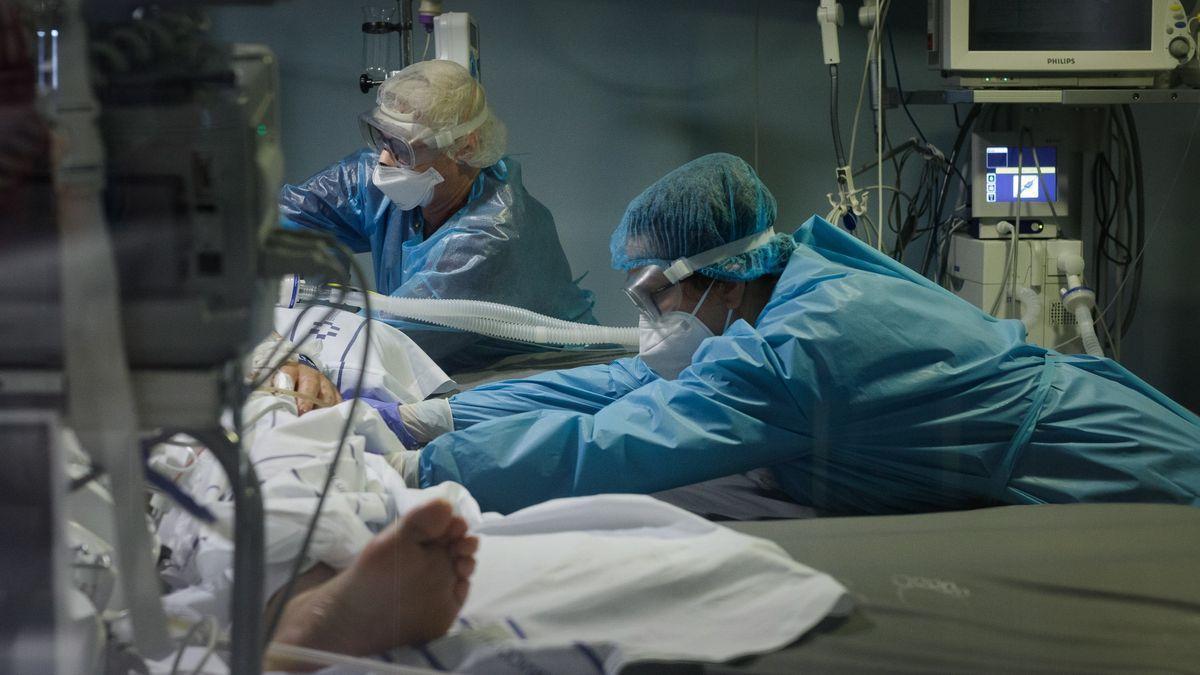 Personal sanitario del hospital de La Candelaria atiende a un paciente con COVID-19 en la UCI durante la pandemia.