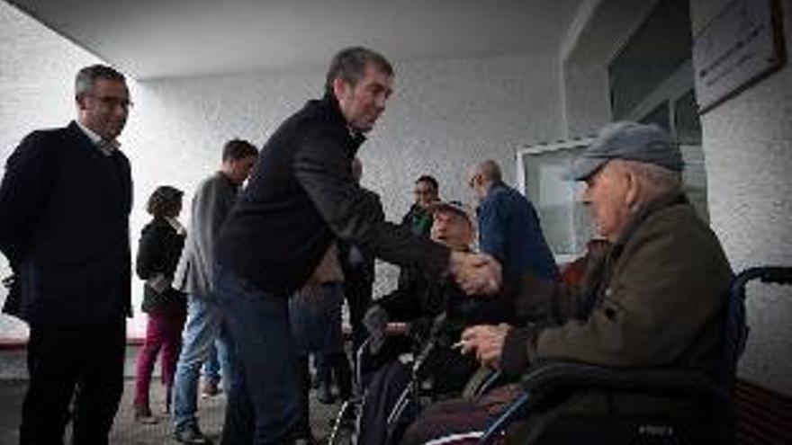 Fernando Çlavijo, este viernes, en  Santa Cruz de La Palma, saludandod a un vecino.