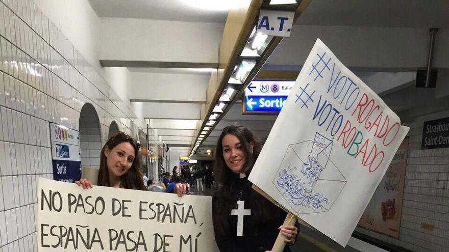 """Españoles en el metro de París, escenificando el """"entierro"""" de su voto"""