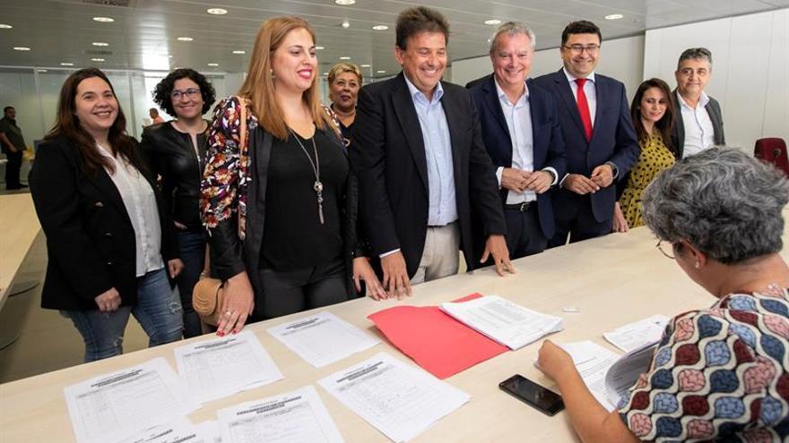 Luis Ibarra, junto a Isabel Mena y Sebastián Franquis registrando la candidatura electoral al Cabildo de Gran Canaria.