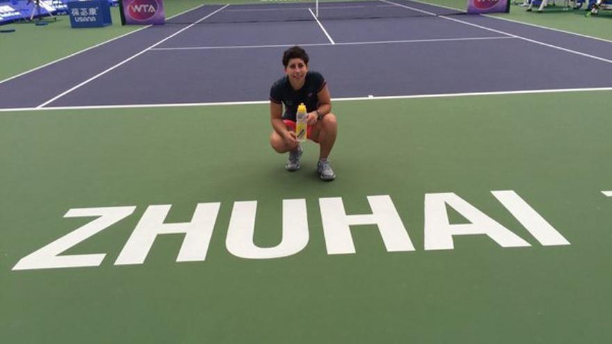 La tenista grancanaria, Carla Suárez, durante el último torneo que ha disputado en Zhuhai (China). (Twitter oficial Carla Suárez).