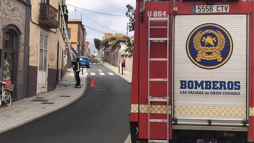 Bomberos actúan en una vivienda ubicada en Tafira Alta (Las Palmas de Gran Canaria).