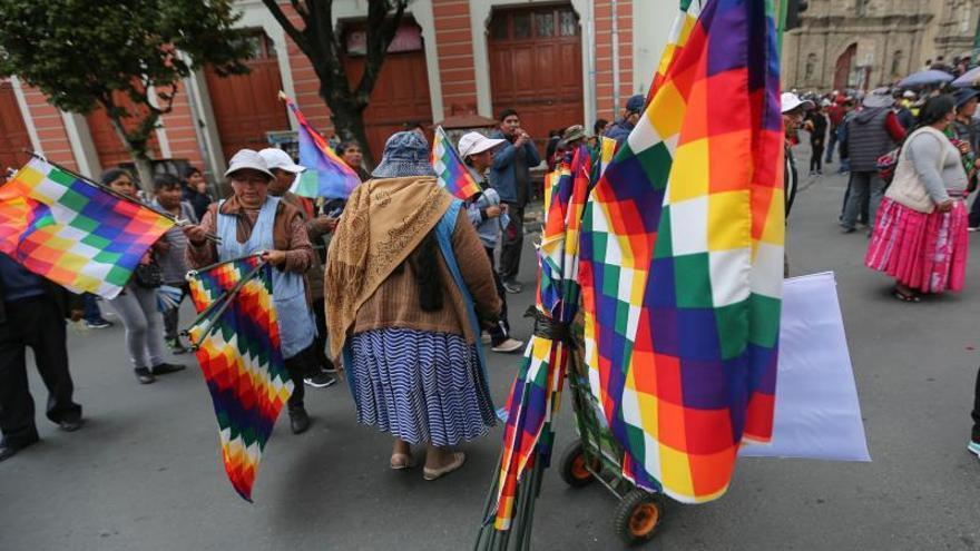 Wiphala, una bandera que estos días evidencia profundas divisiones en Bolivia
