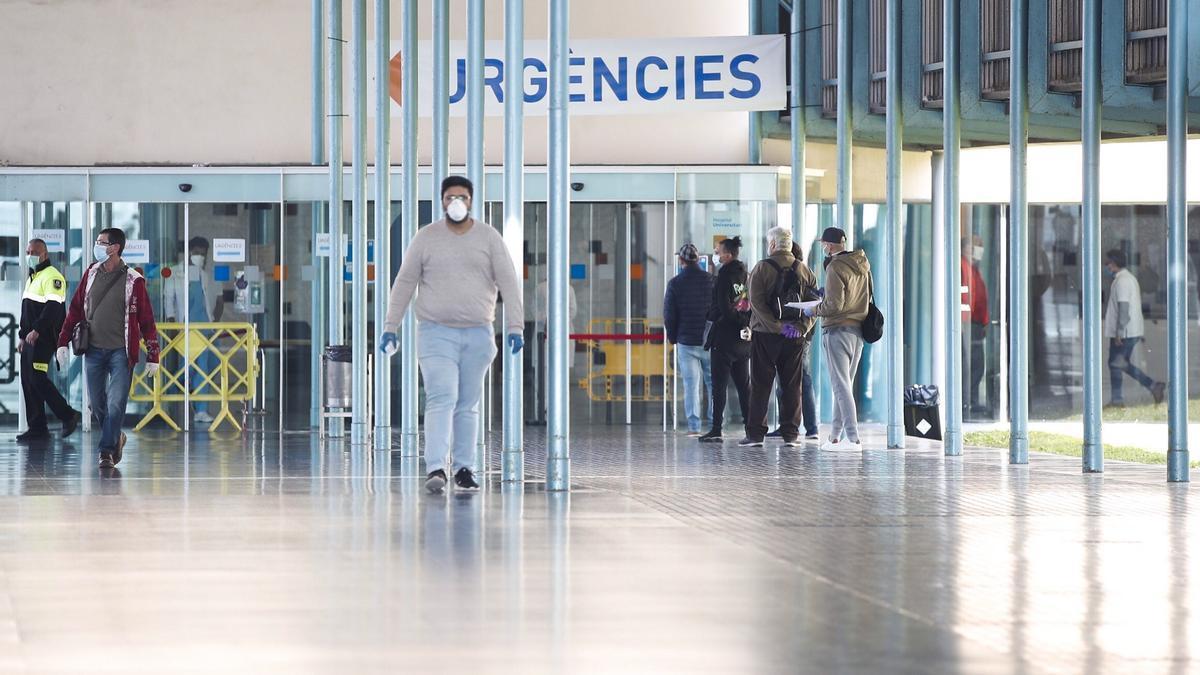 Vista de la entrada de urgencias del Hospital del Mar de Barcelona. EFE/Alejandro García/Archivo