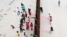 Unos columpios crean lazos y unen a familias a ambos lados del muro que separa Estados Unidos y México