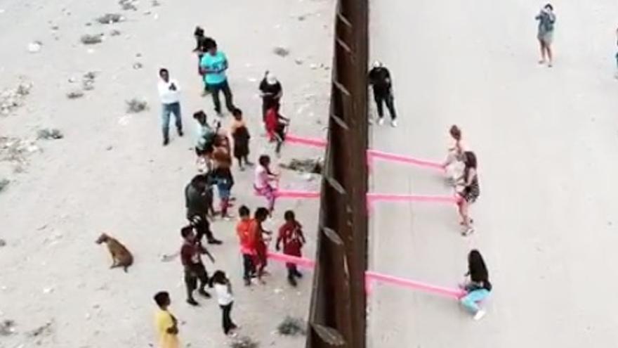 Columpio en el muro en la frontera entre Estados Unidos y México