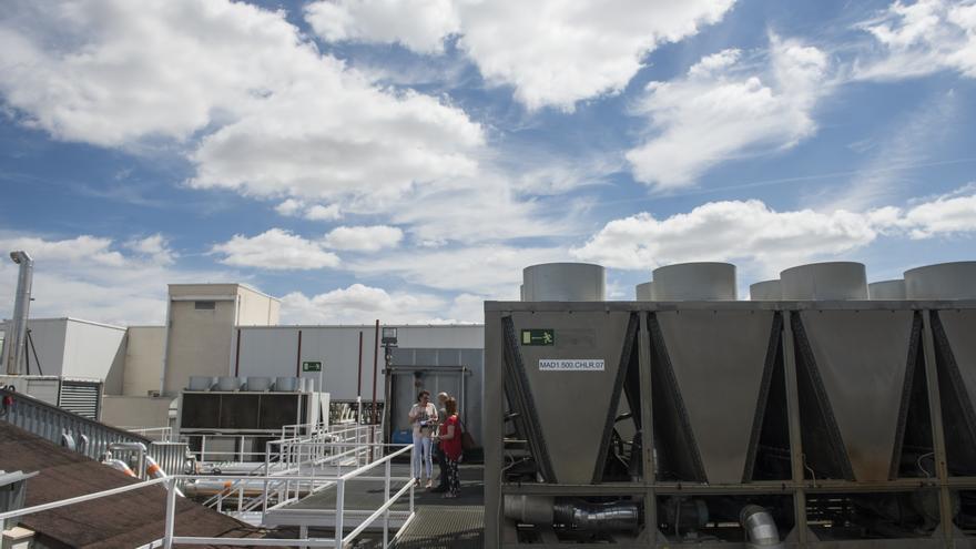 Azotea de uno de los centros de datos de Interxion en San Blas, Madrid. A la derecha de la imagen se observa una de las máquinas de aire acondicionado. A la izquierda se encuentran los generadores diésel.