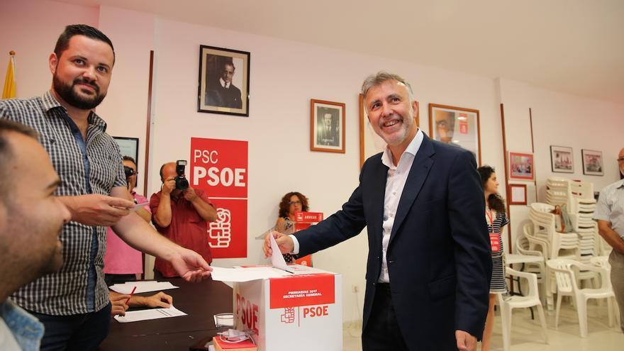 El candidato a la Secretaría General del PSC-PSOE Ángel Víctor Torres durante la votación.
