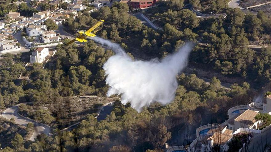Desalojadas numerosas casas tras declararse un incendio forestal en Alicante