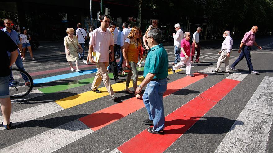 Paso de peatones pintado con los colores de la bandera LGTBI | ÁLEX GALLEGOS
