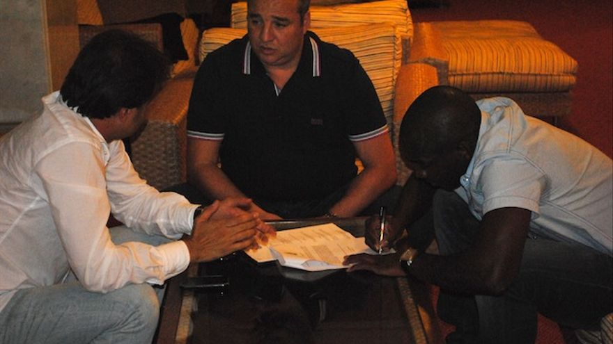 Ramírez y Toni Cruz acompañando a Perea mientras rescinde su contrato.