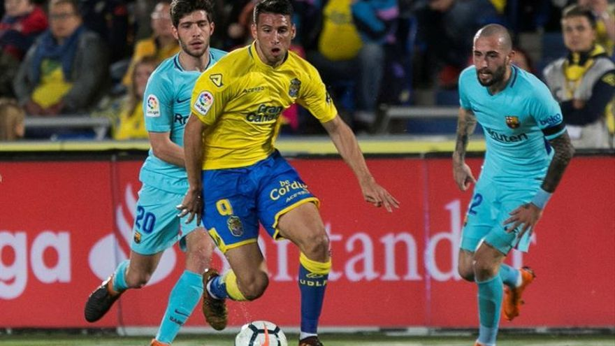 El defensa del Barcelona Sergi Roberto pelea un balón con el delantero argentino de la UD Las Palmas Jonathan Calleri. (EFE/ Quique Curbelo)