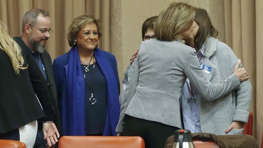 Cospedal saluda a los familiares de las víctimas del Yak antes de su comparecencia