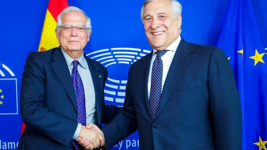 El ministro de Exteriores, José Borrell, y el presidente del Parlamento Europeo, Antonio Tajani.