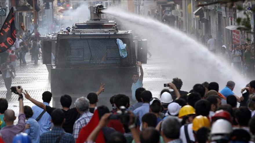 La Policía usa gas pimienta para disolver una manifestación en Estambul