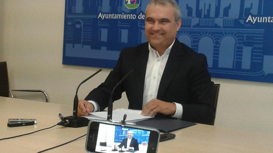 Francisco Javier Fragoso, alcalde de Badajoz, explicando el cese de Astorga como concejal de Policía y Tráfico