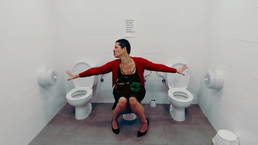 En la imagen, la humorista Petit Lorena en el baño de Spar de El Paso.