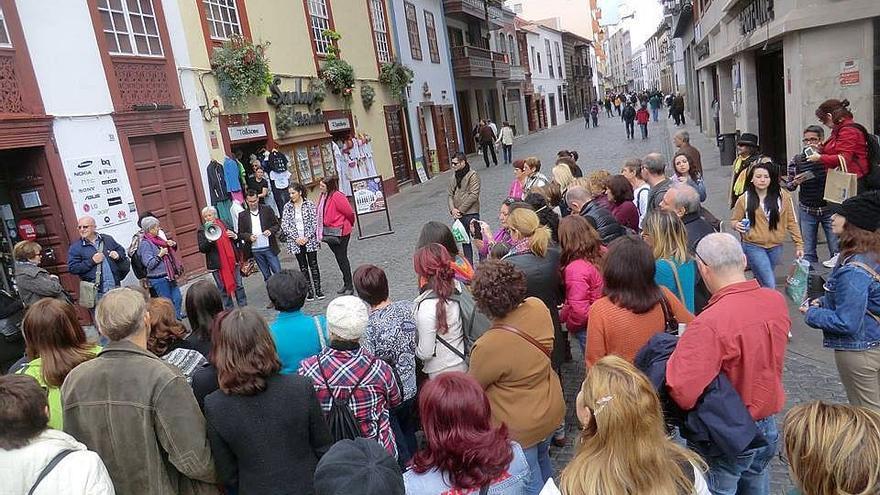 En la imagen, grupo que realizó la 'Ruta Violeta' por Santa Cruz de La Palma.