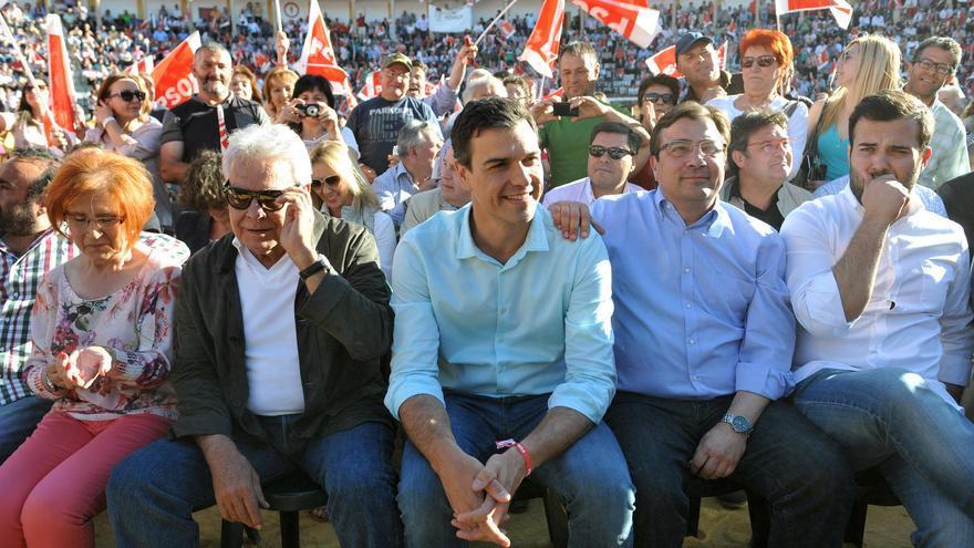 Felipe González, Pedro Sánchez y Guillermo Fernández Vara en el mitin de la plaza de toros de Cáceres / Foto: PSOE