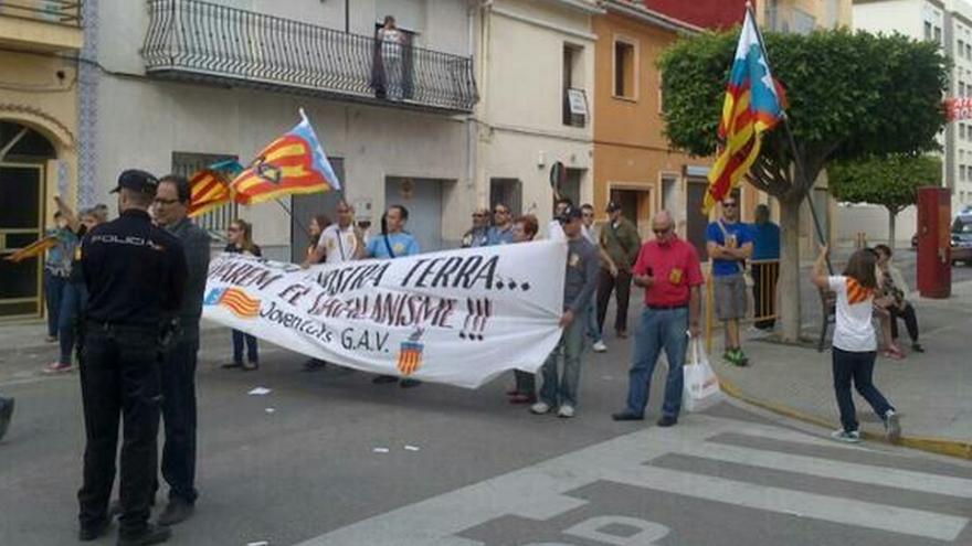 Los manifestantes de ultraderecha del GAV se manifestaron contra la Trobada