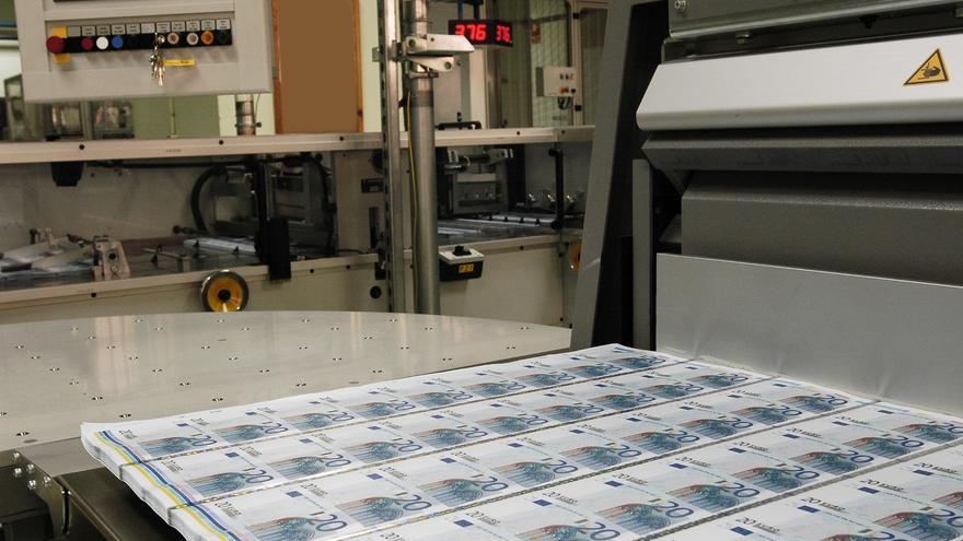 (Amp.) El Tesoro coloca más de 4.500 millones en letras a tipos más bajos, a pesar de la escalada de la prima