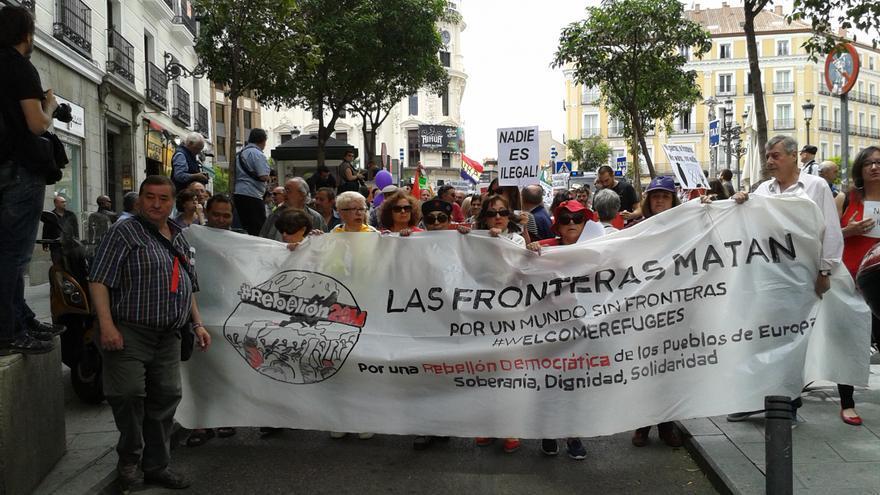 La columna 'Welcome refugees, por un mundo sin fronteras' sale de la Plaza de Jacinto Benavente y de dirige hacia Sol