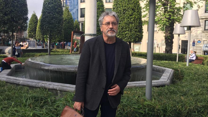 El escritor gallego Manuel Rivas, poco antes de participar en el Festival Cultural Gutun Zuria, en Bilbao