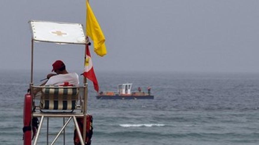 Barco de recogida de aguavivas en Las Canteras. (ACFI PRESS)
