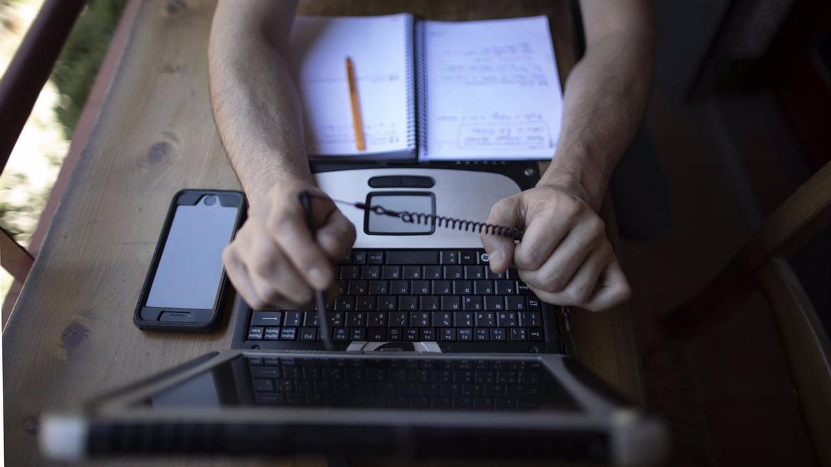 Una persona frente a su ordenador durante el confinamiento.