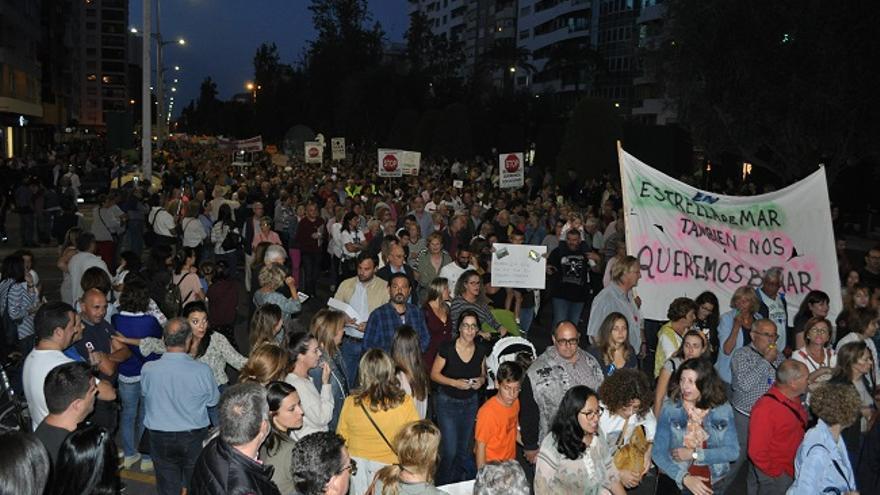 Manifestantes reclamando soluciones para la degradación de la Laguna