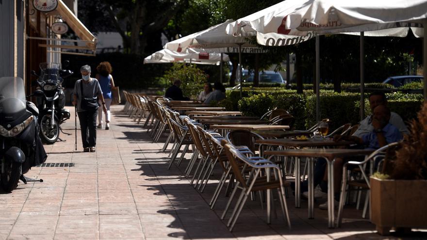 Varias personas disfrutan en una terraza, en Madrid (España).